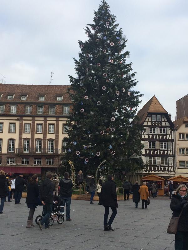 Strasbourgin Place Kleberin kuuluisa joulukuusi. Ei kylläkään pääse oikeuksiinsa päivänvalossa ja meikäläisen kännykkäkuvauksella.
