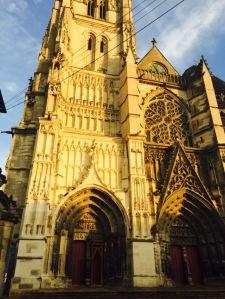 Meaux'n komea katedraali iltapäiväauringossa
