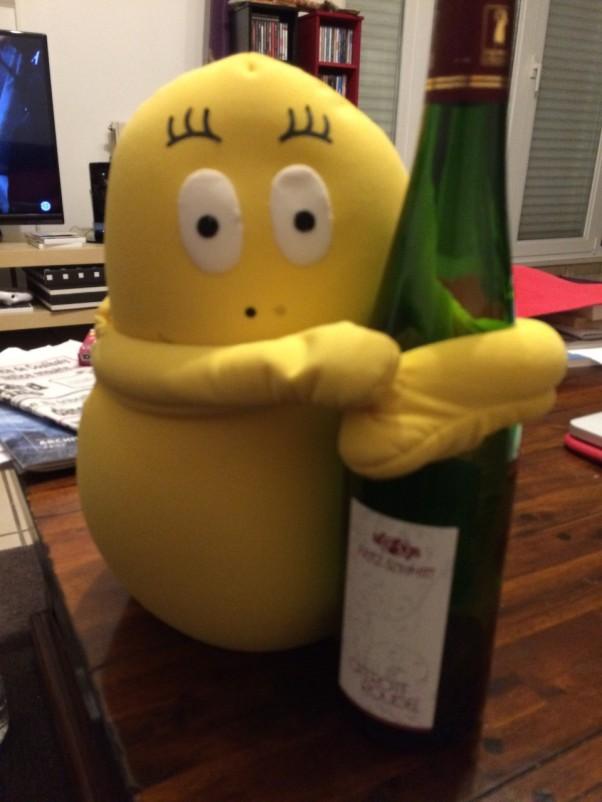Kaverikin osallistuu: liekö tyhjentänyt pullon vai viemässä sitä kierrätykseen?
